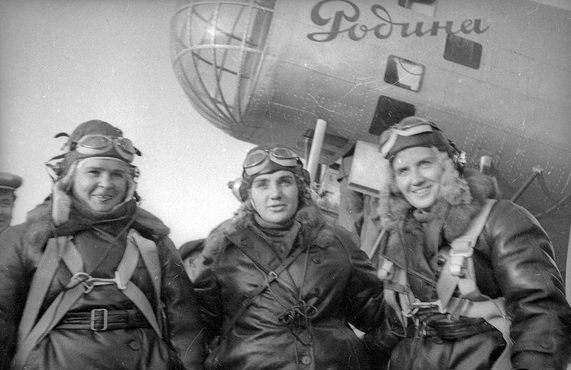 Экипаж самолета «Родина»: Полина Осипенко (второй пилот), Валентина Гризодубова (командир), Марина Раскова (штурман).