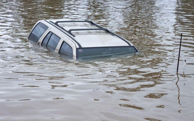 Машина в озере