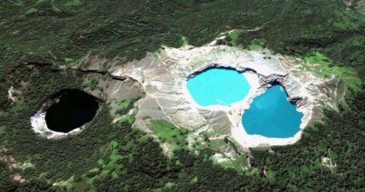 Разноцветные озера вулкана Келимуту