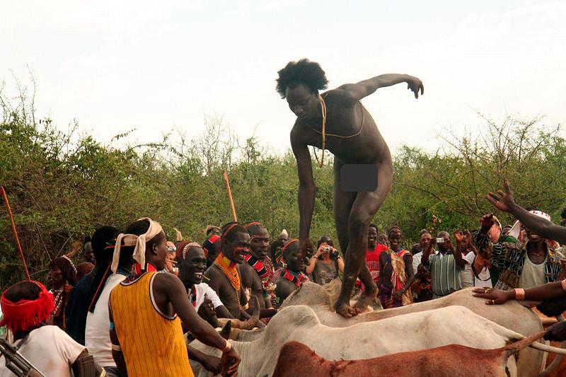 Посвящение юноши в мужчину в племени Хамар
