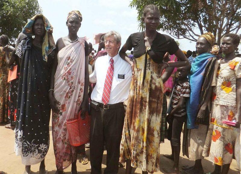 Представители племени Динка рядом с европейцем