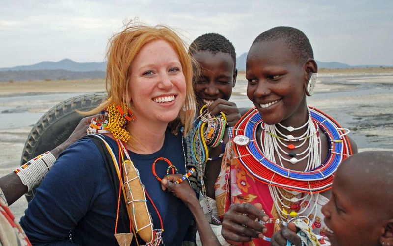 Женщины племени Масаи рядом с европейкой
