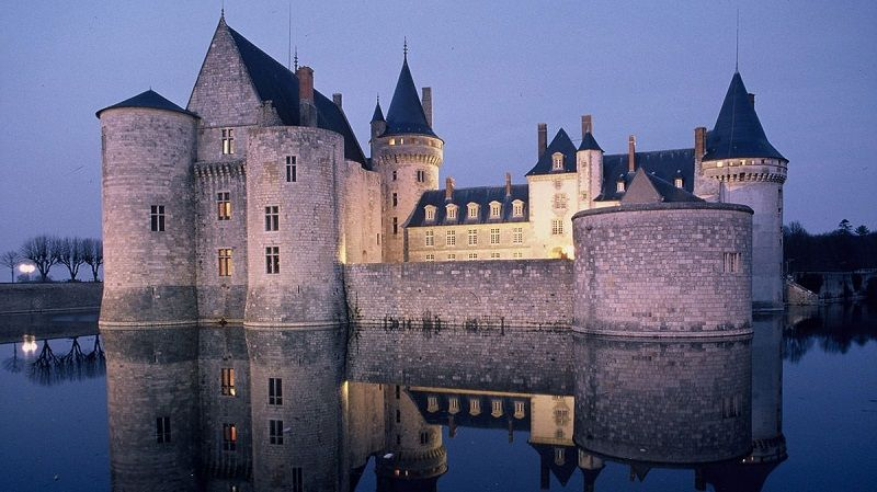 Замок Сюлли-сюр-Луар во Франции