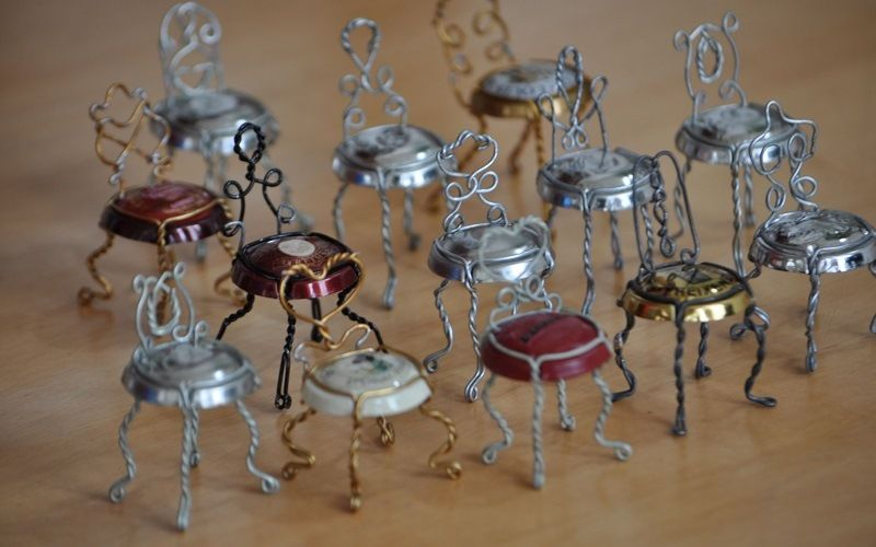 Проволочное плетение: миниатюрные стулья