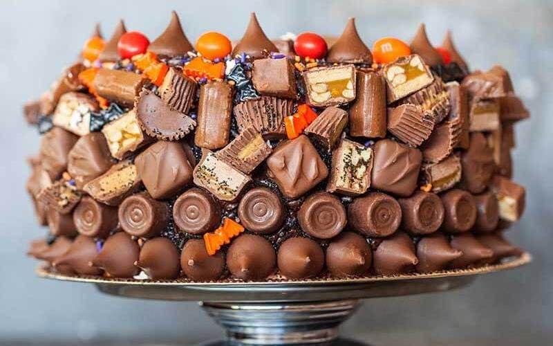 Шоколадные конфеты как украшение на торт