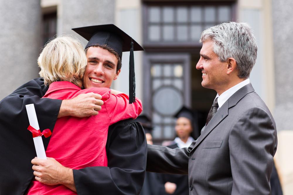 выпускник обнимает свою мать