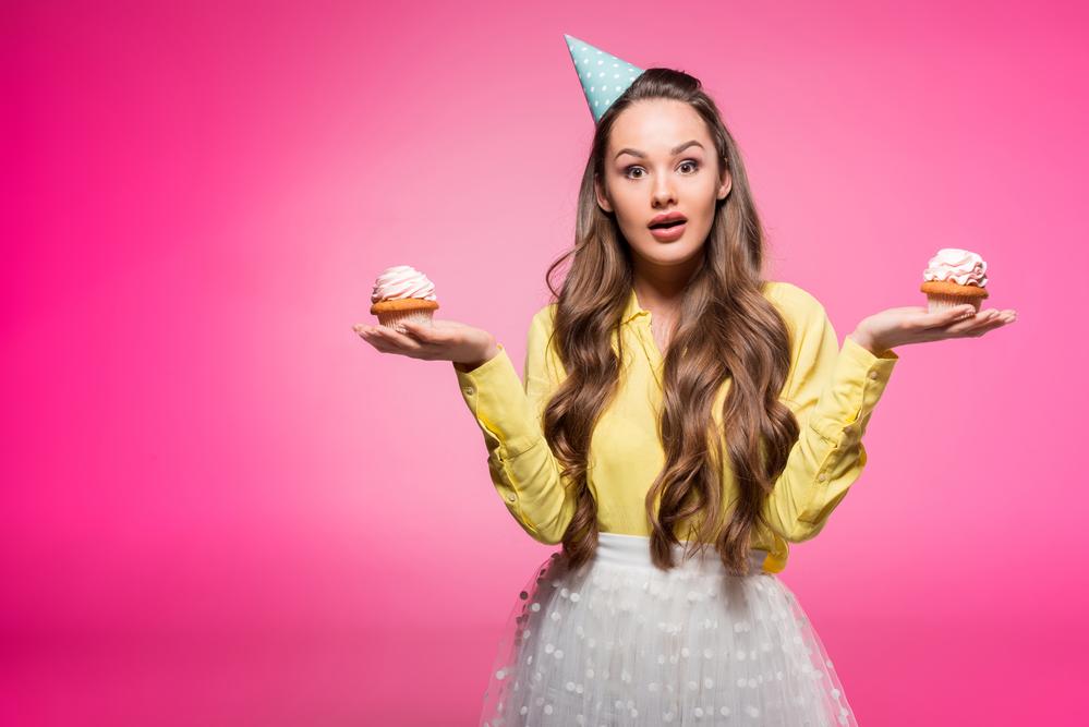 девушка празднует свой день рождения