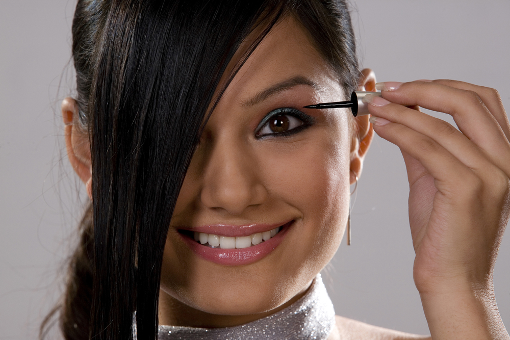 женщина накладывает макияж