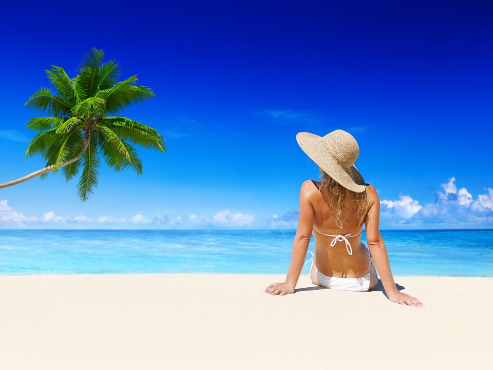 женщина отдыхает на пляже