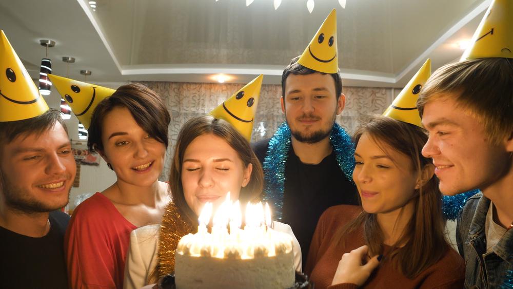 девушка принимает поздравления от своих друзей с днем рождения