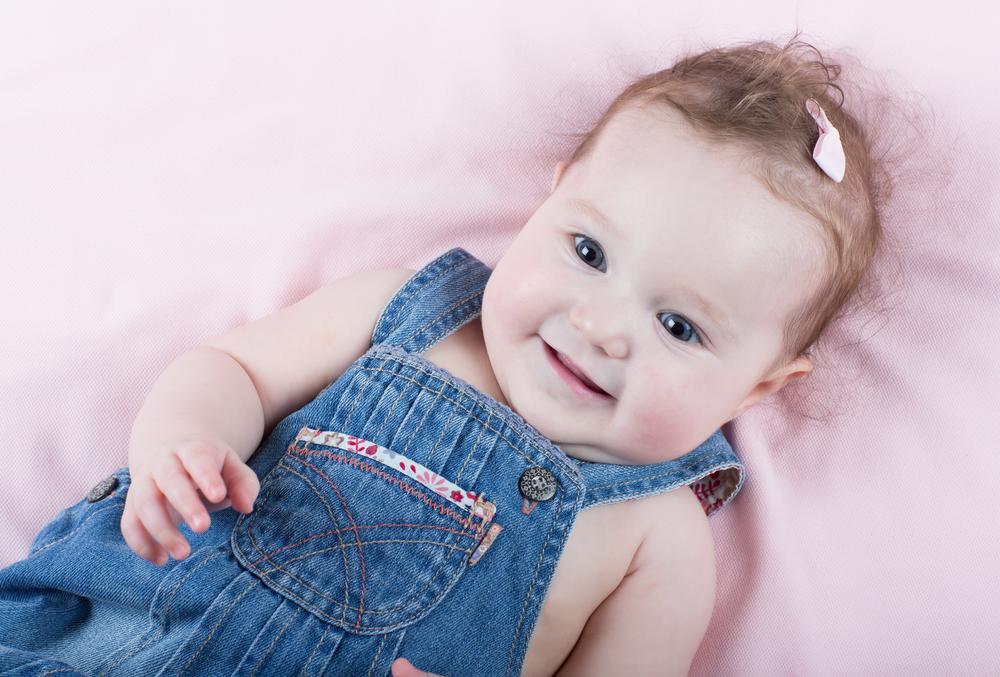 маленький ребенок улыбается