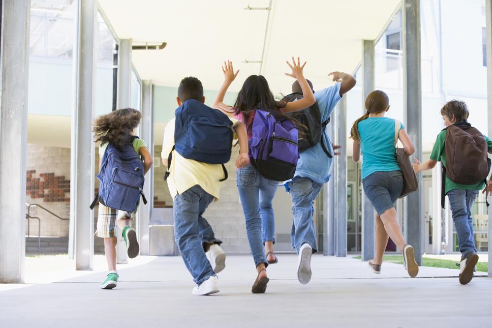 подростки радуются окончанию урока в школе