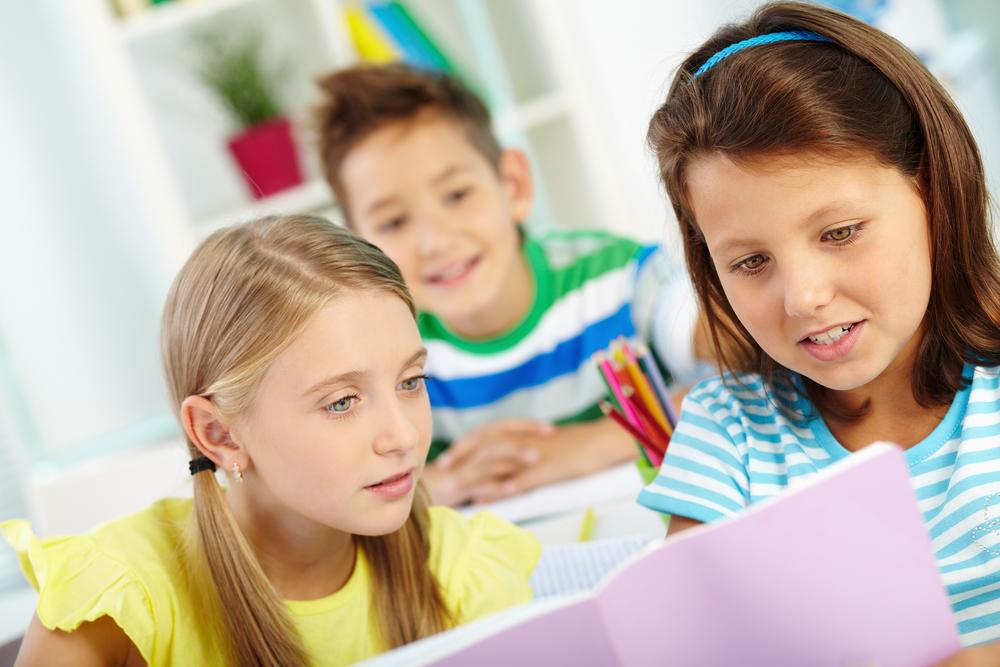 школьники читают что-то интересное