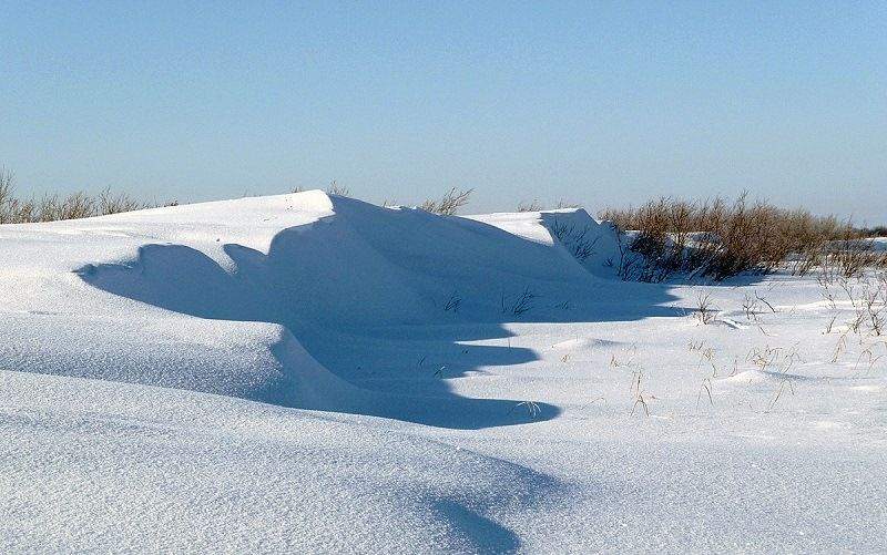 Снежные барханы в тундре