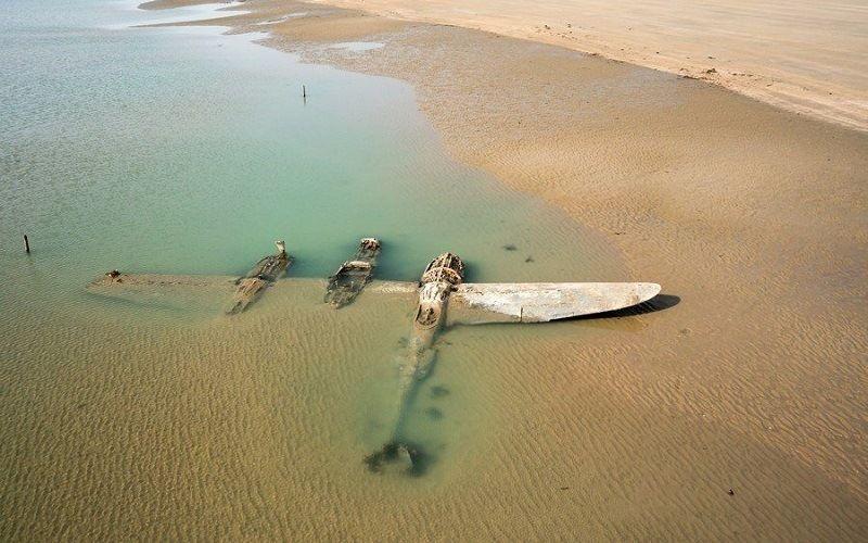 Бомбардировщик «P-38 Lightning» на пляже Уэльса