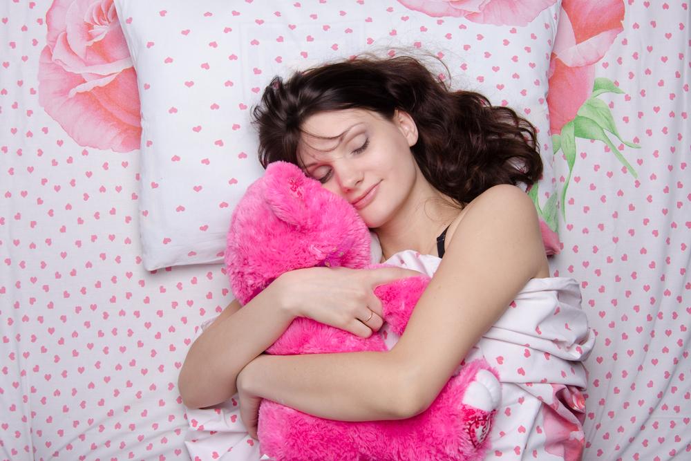 девушка обнимает игрушку во сне