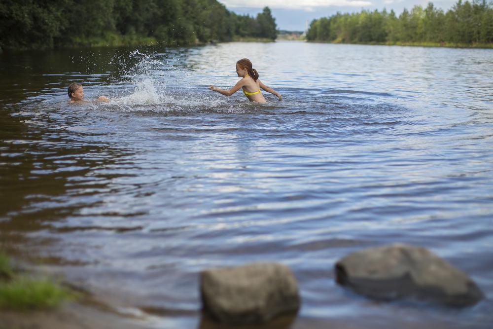 дети купаются в реке