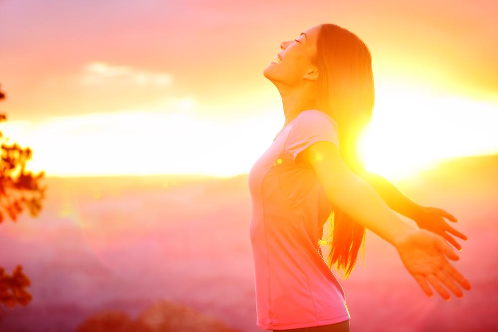 счастливая женщина наслаждается закатом