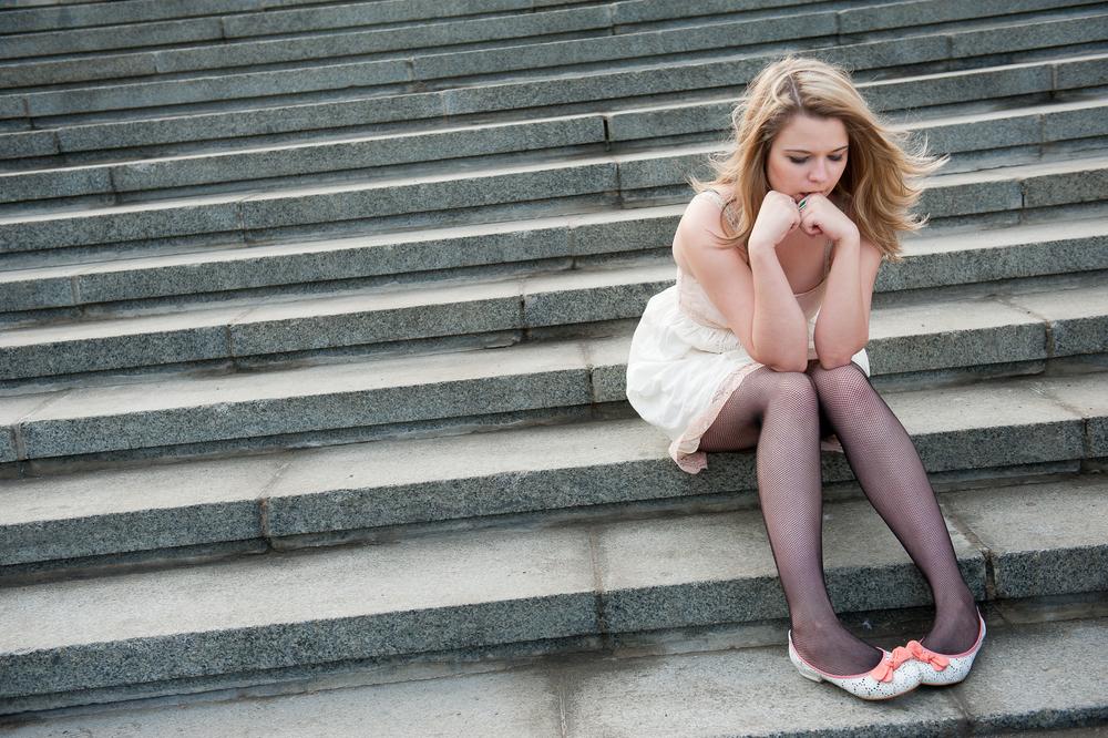грустная одинокая девушка