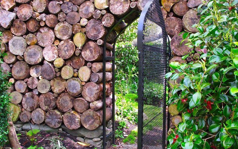 Забор из поленьев
