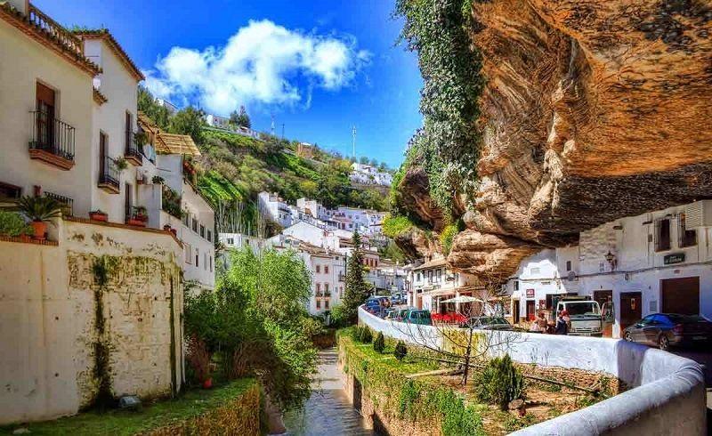 Испанский город в скале Сетениль-де-лас-Бодегас