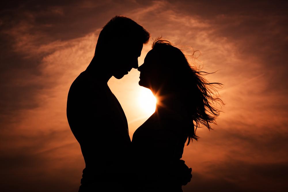 силуэт влюбленный пары на закате
