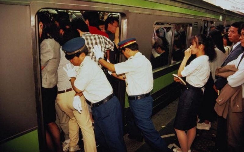 Странная профессия в токийском метро