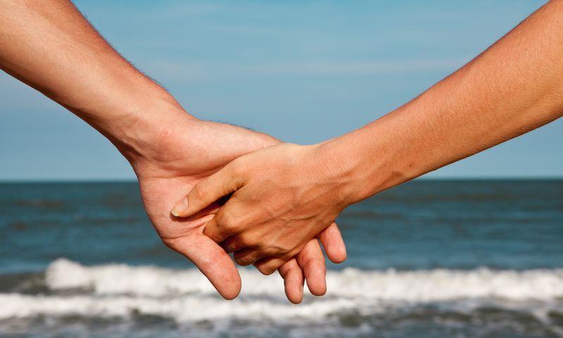 Люди держатся за руки