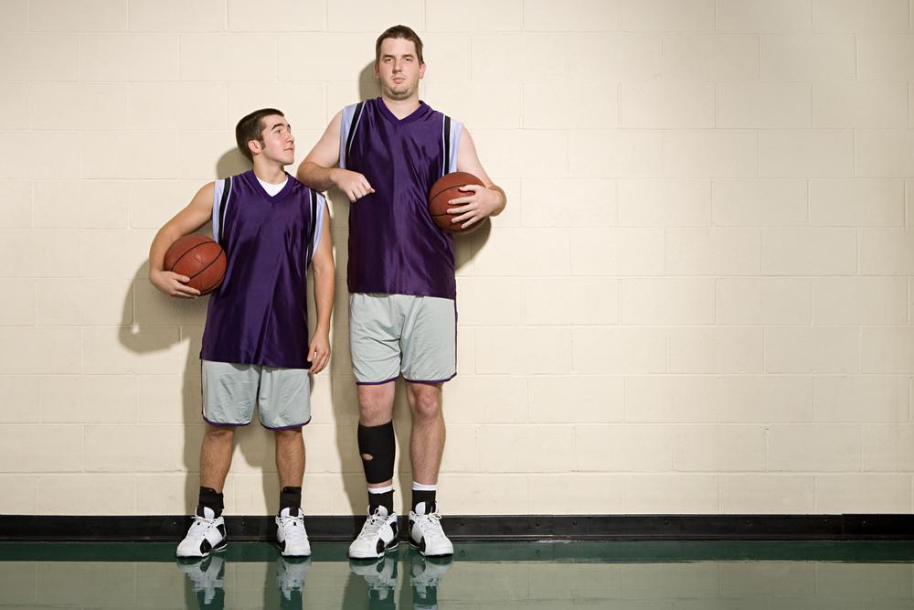 Высокий и низкий баскетболист
