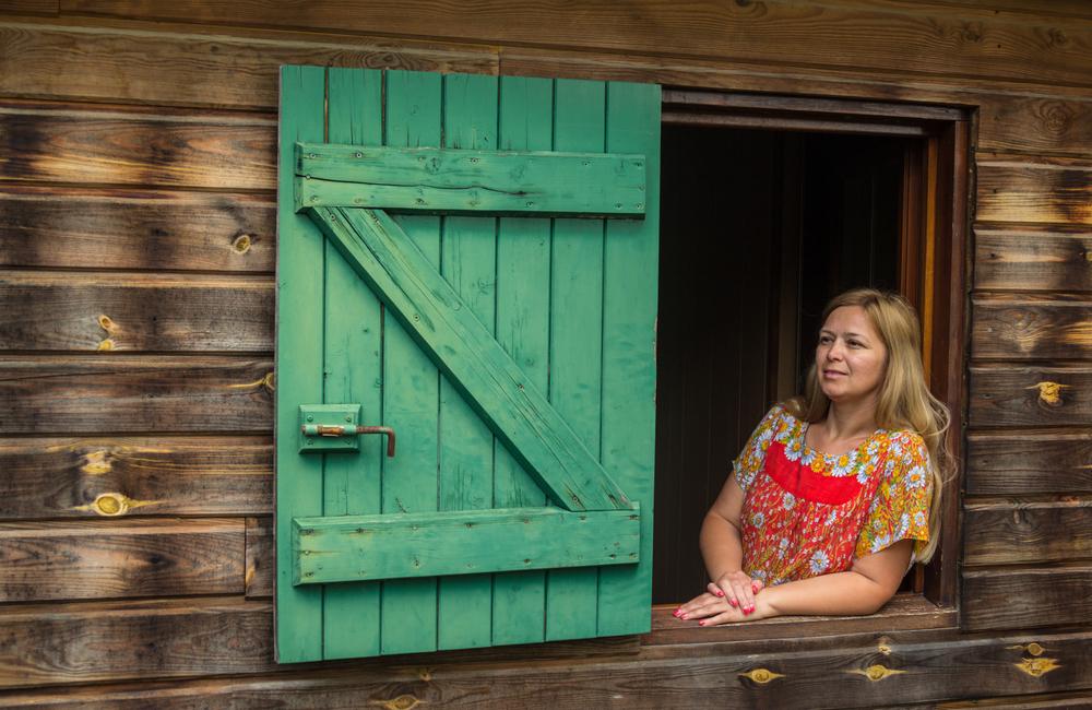 Женщина смотрит из окна