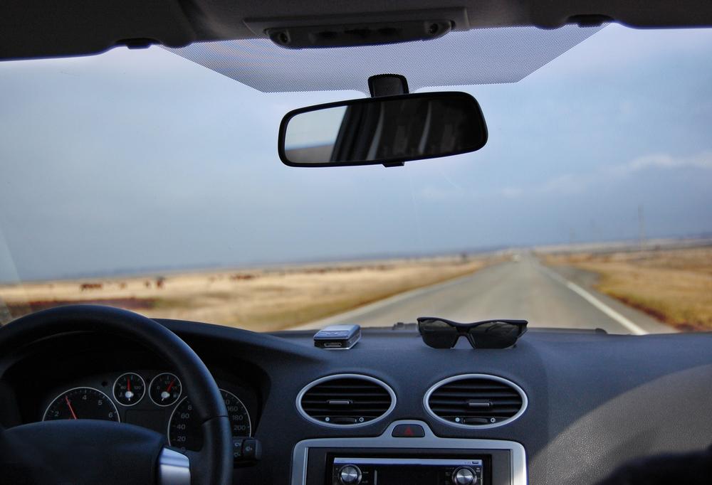 Вид из автомобиля днем