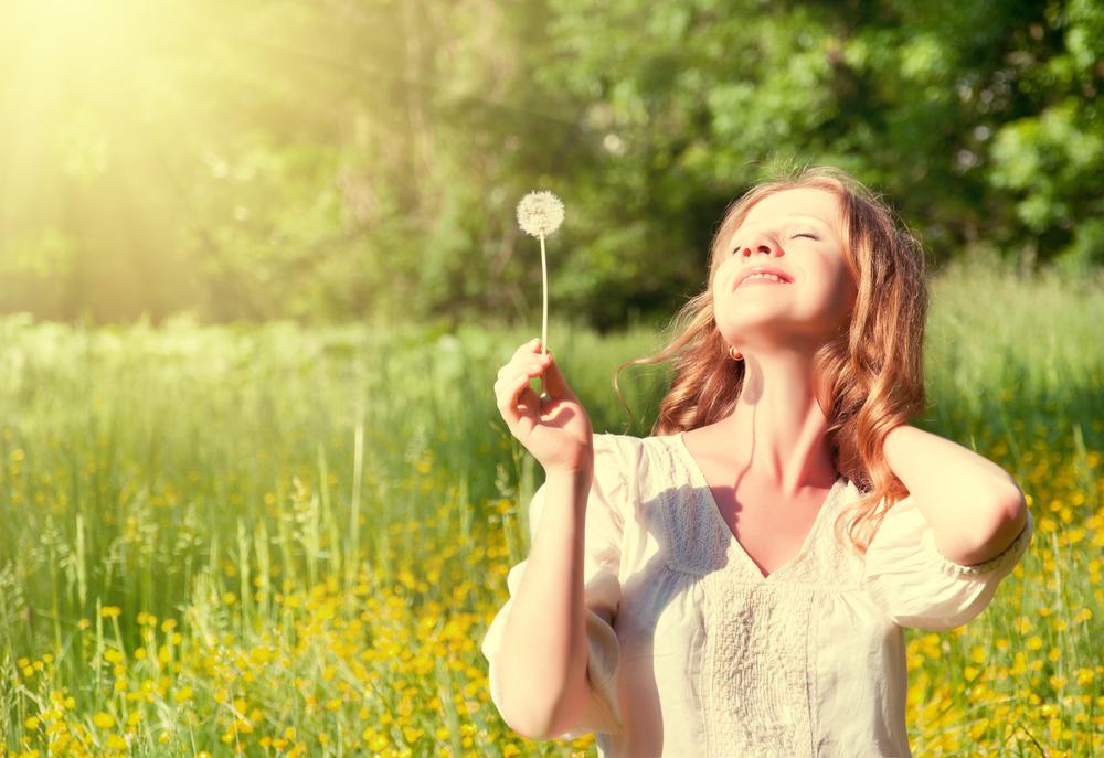 девушка радуется жизни