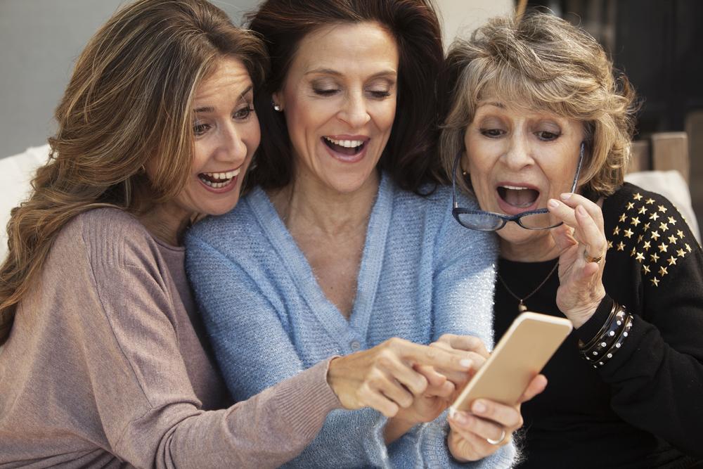женщины удивляются написанному в смартфоне