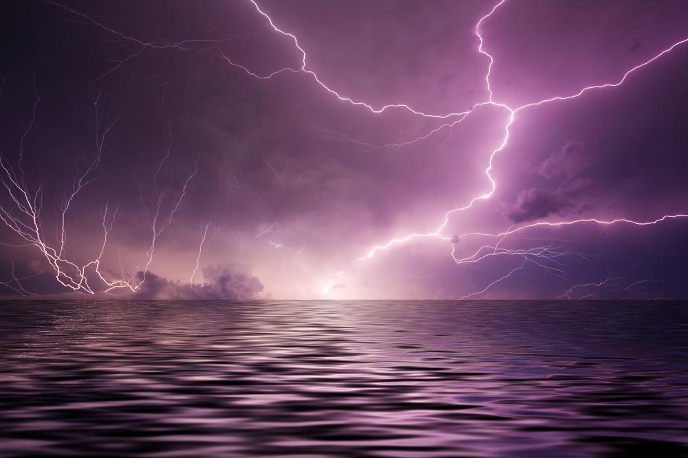 молния над водой