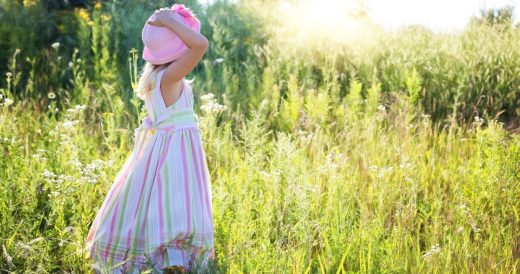 ребенок радуется жизни