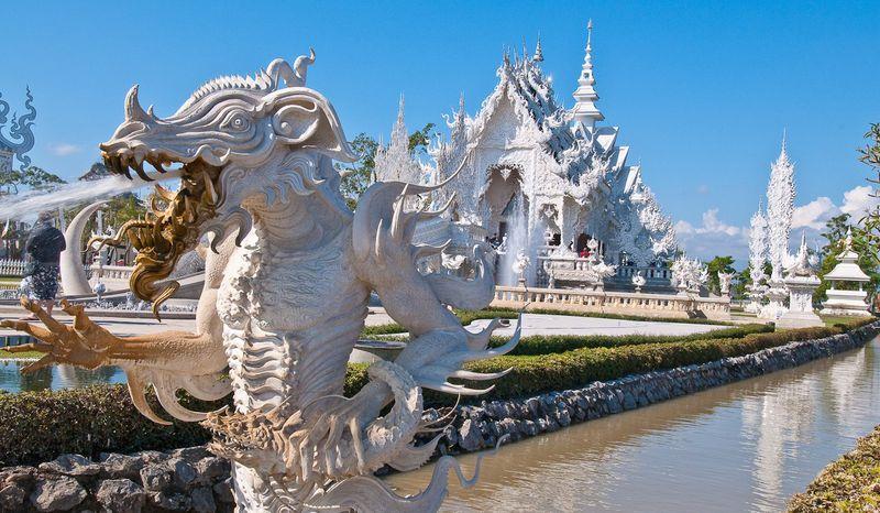 Драконы около Белого храма Ват Ронг Кхун