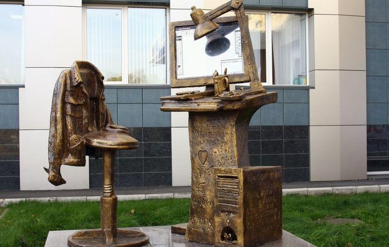 Памятник дизайнеру в Красноярске