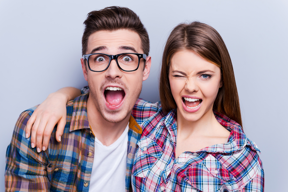 влюбленная пара выражает свои чувства необычным способом