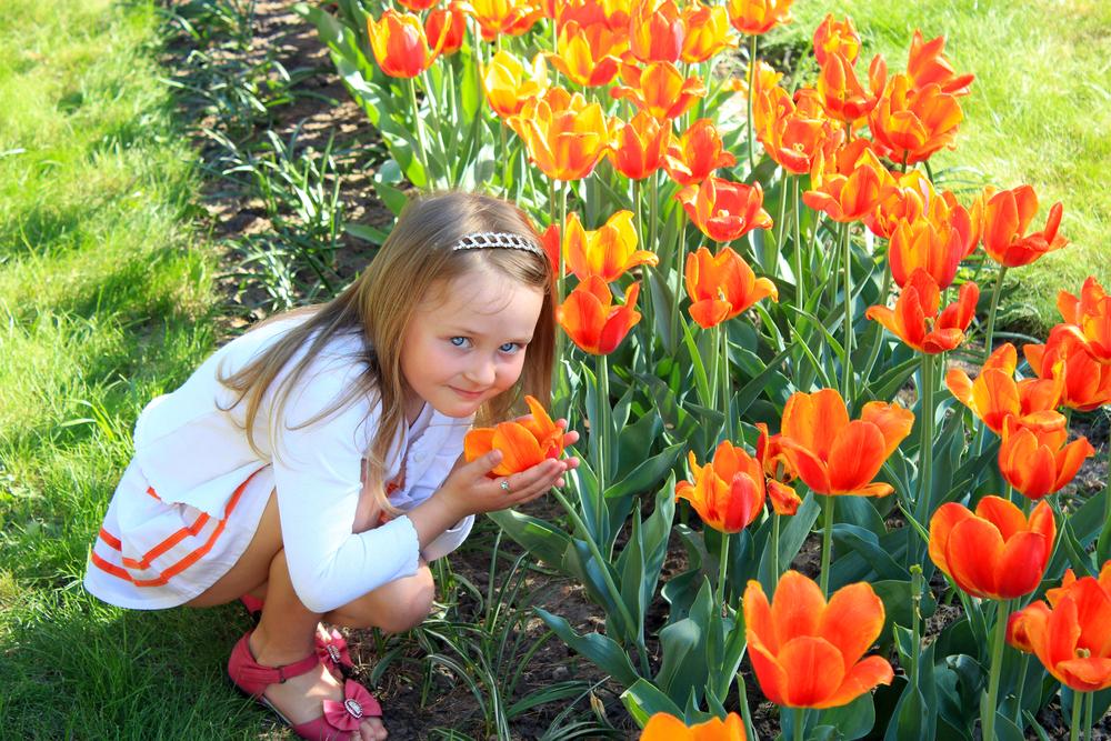 девочка ощущает запахи лета