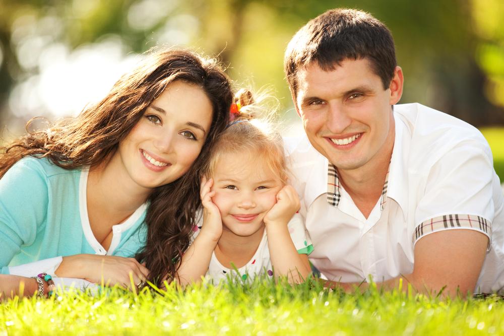 счастливая семья в парке