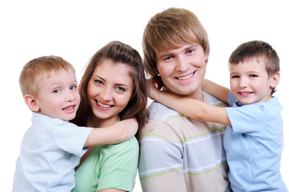 молодая счастливая семья из 4-х человек