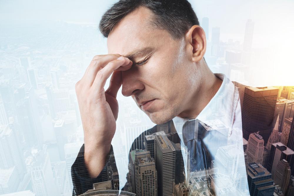 мужчина думает о невыносимых трудностях