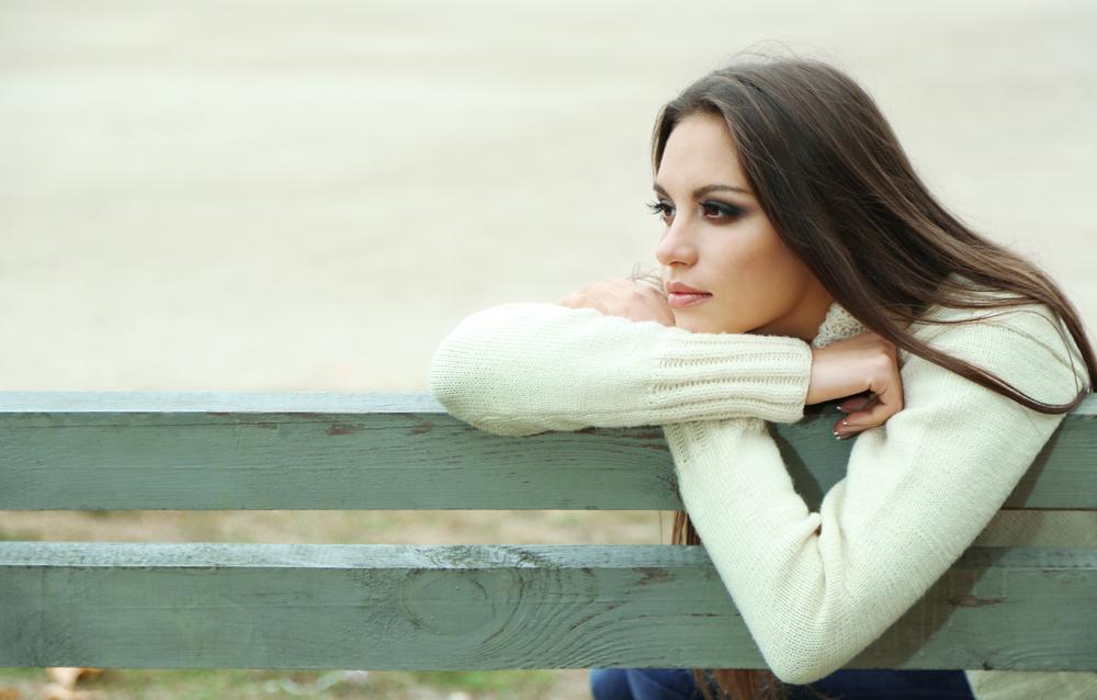 печальная девушка на скамейке