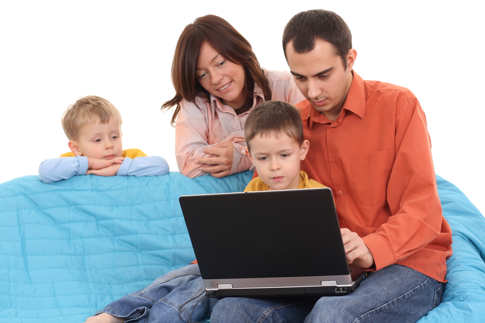 родители с детьми смотрят загадки про цветы на ноутбуке