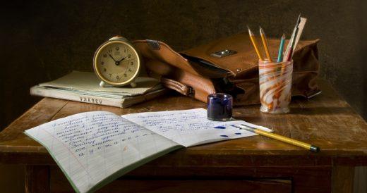 стол с письменными принадлежностями из школы