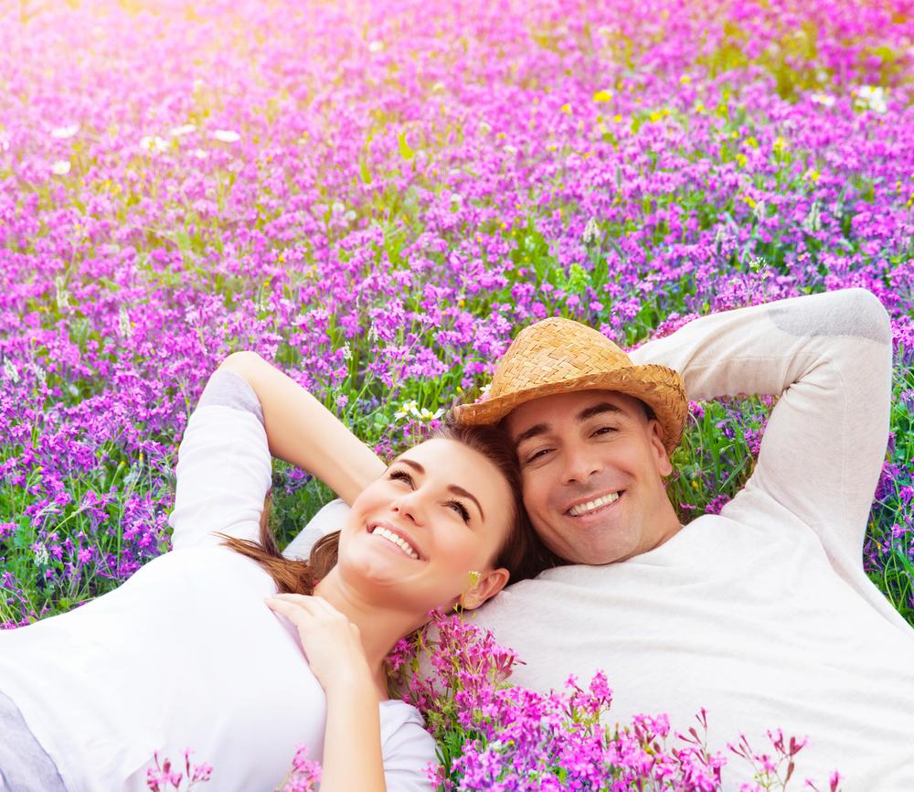 счастливая пара вместе на сиреневом поле
