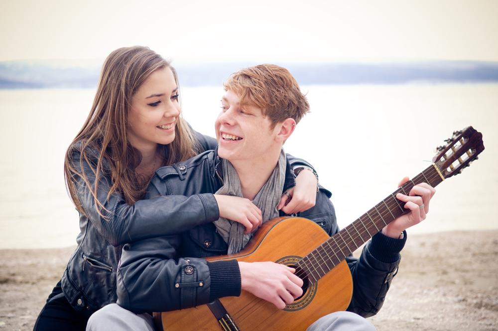 счастливая подростковая пара