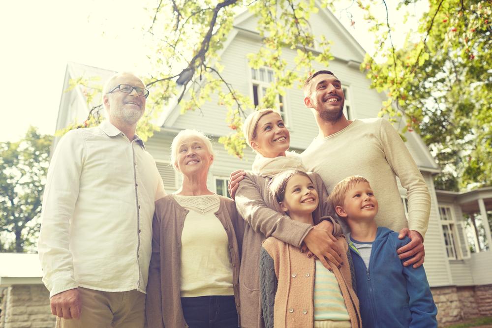 счастливая большая семья на улице