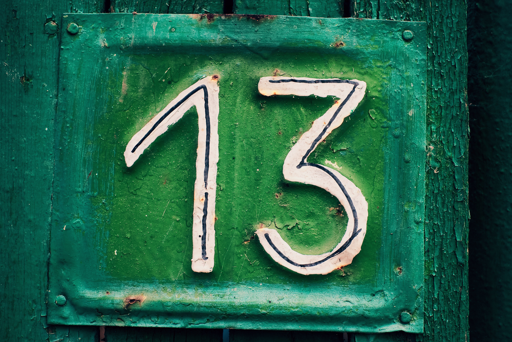 табличка дома с цифрой 13