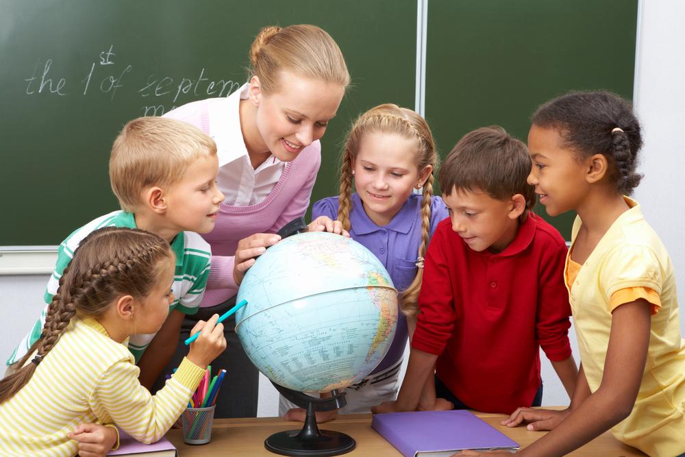 учительница ведет урок географии